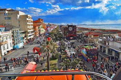 via a mare di Viareggio durante un corso di Carnevale